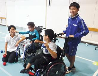 大会に向け練習する両校の生徒たち