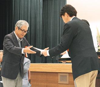 下田区長より表彰を受ける受賞者(左)