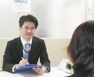 就労相談に乗る山田センター長