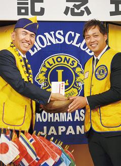 記念品を交換する宮西会長(左)とモアナルアLCのロスヤマト副会長