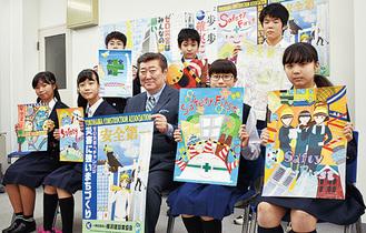 入賞者たち。山谷会長(中央)が手にする絵柄が最優秀作品