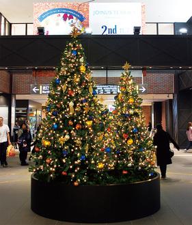 改札を出てすぐにクリスマスツリーがお出迎え