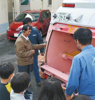 ごみ収集車での収集を体験するダナン市関係者ら