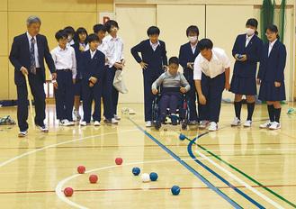 競技を楽しむ生徒と児童
