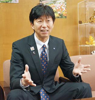 インタビューに答える下田区長