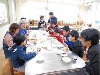 料理を味わう参加者ら(主催者提供)