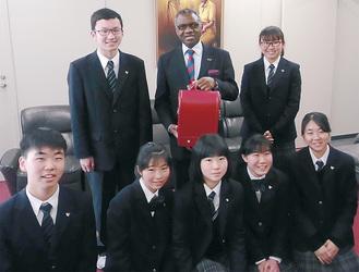 マラウイの大使(後列中央)と生徒ら(同校提供)