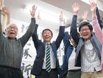 市議選でトップ当選を果たした古川氏(中央)