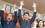 市議選初当選を喜ぶ木内氏(中央)