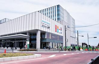 再開発が行われている二俣川駅南口周辺。再開発ビルの正面地下(写真右手)は整備中の「鴨居上飯田線」