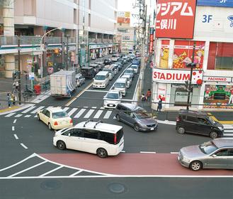 右左折同時通行が可能になった交差点=4月5日撮影