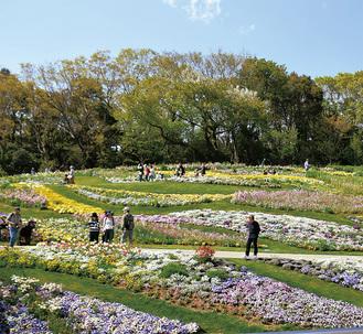 春の花で彩られている大花壇=4月18日撮影