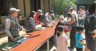多くの子どもが参加する柏餅作り※写真は過去の様子