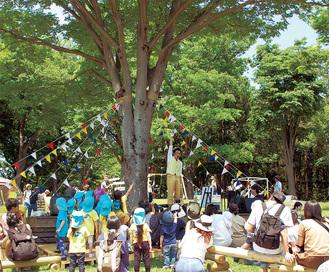 木の下で行われたステージで子どもたちも大はしゃぎ