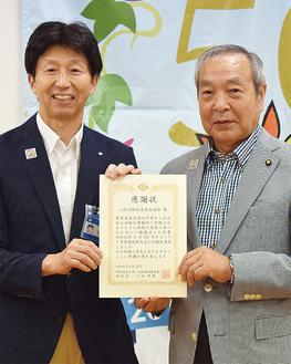 下田区長(左)から感謝状を受け取る内田会長