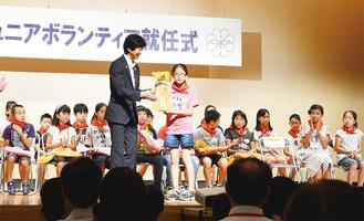 下田区長から各地区の代表者に参加賞を贈呈した就任式