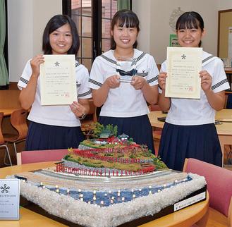 (左から)斎藤さん、能登さん、遠藤さんと「夜のINARI」