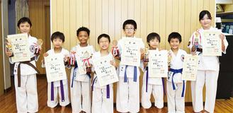 優勝から3位を獲得した8人(右から2人が優勝した猿田さんと兼松君)