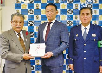 機器を受け取る林会長、三井支部長、佐藤署長(左から)