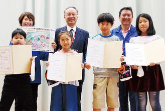 希望ヶ丘小学校で行われた表彰式。青井会長らが訪れ、会長賞の吉岡さん(前列左から2人目)らに賞状が手渡された