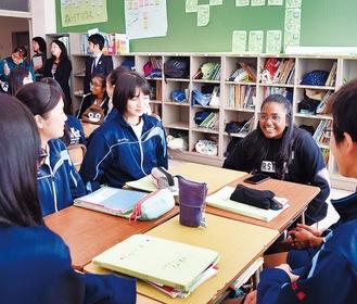 シンガポールの生徒と会話が弾む生徒たち