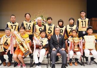 総合優勝を喜ぶ笹野台のメンバー