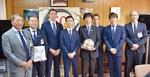 下田区長(右から4人目)を囲む南選手、武田選手、下平監督、上尾COO