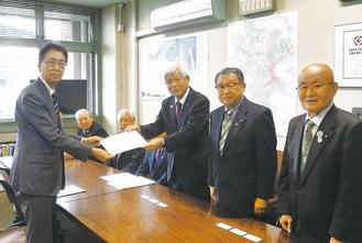 山岸会長が(写真右)が小池都市整備局長に要望書を手渡した