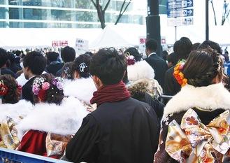 例年、多くの新成人で新横浜は賑わう