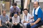 職人たちと汗を流す塩川社長(右)