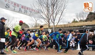 オリンピックメダリストのワイナイナ氏(左)とともに走る出場選手ら
