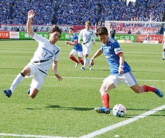 相手ゴールへ攻め込む遠藤渓太選手(右)