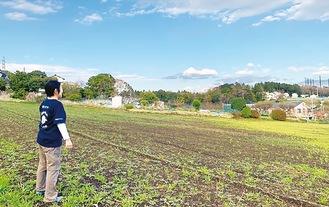 ブドウ園予定地に立つ町田代表(本人提供)