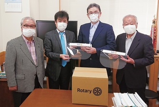 横浜旭RCの佐藤会長(左から2人目)、旭区医師会の一色会長(同3人目)らが参加し、フェイスシールドの寄贈式が行われた(上下写真提供=旭RC)