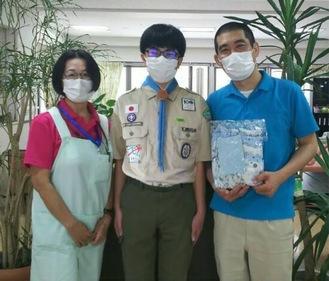 マスクを贈呈した二宮さん(中央)と施設の職員(二宮さん提供)
