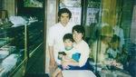 1986年6月の店内(夫妻と長男)