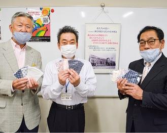 マスクを手にする山本さん、齊藤施設長、柳室さん(左から)
