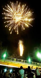 夏祭りのフィナーレを飾った左近山連合自治会の打ち上げ花火