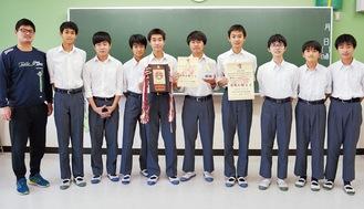 区間賞を獲得した藤尾さん(右から5番目)と万騎が原中のメンバーら