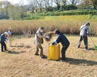 遊水池を清掃する会のメンバーら