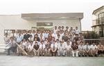 新社屋が竣工し、従業員や関係者で記念撮影(1980年)