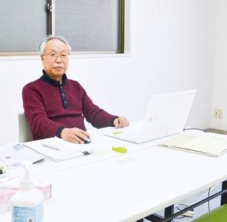 サポートセンター旭で取材に応じる小松会長
