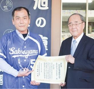 賞状などを受け取る青木会長(左)