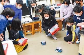 ロボットを動かす児童たち