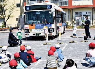 バスが動くのを見ながら死角や内輪差について学んだ