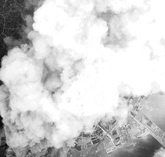 東神奈川上空から撮影した空襲写真(横浜市史資料室所蔵・山本博士資料)