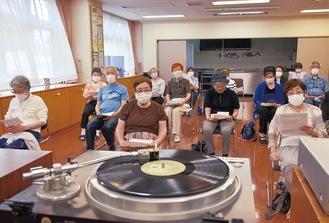 レコードの温かな音色を楽しむ参加者
