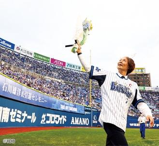グラウンドを回り、スタンドのファンに手を振る石川選手
