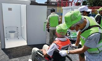 組み立て後、車いすの利用なども想定し、確認した
