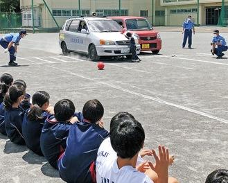 自動車と人形の衝突時の衝撃に驚く生徒たち